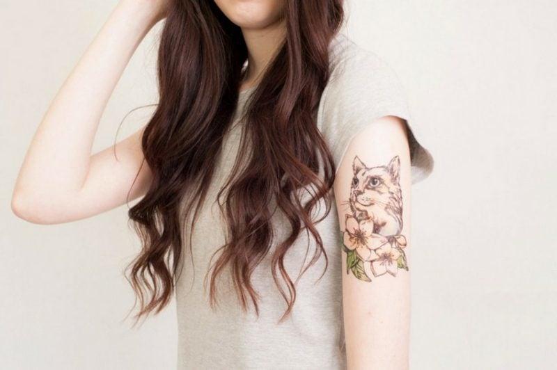Tattoo Katze am Oberarm Blumen toller Look
