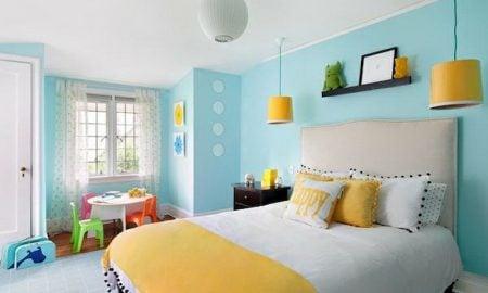 Kinderzimmer streichen Pastellblau und Weiss gelbe Akzente