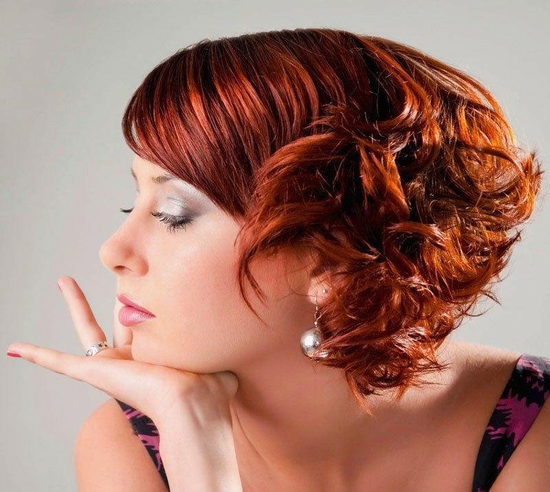 Kurze Haare locken Hinterkopf rot