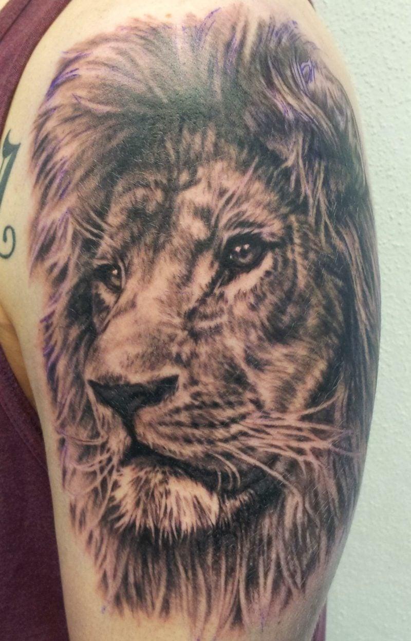 Tattoo Löwe Oberarm Mann