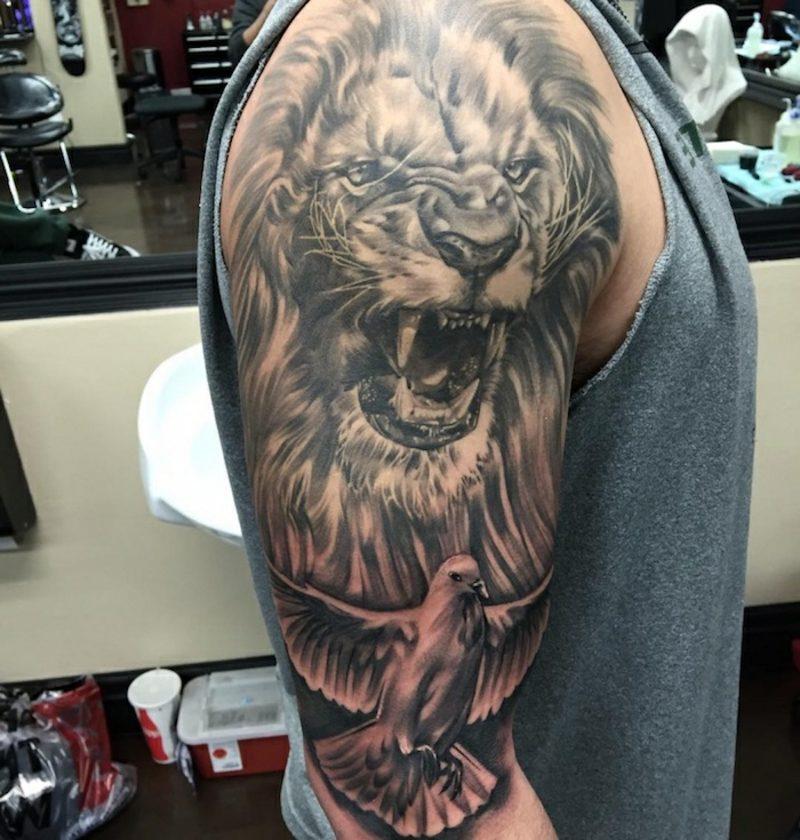 Tattoo Löwe Taube Oberarm