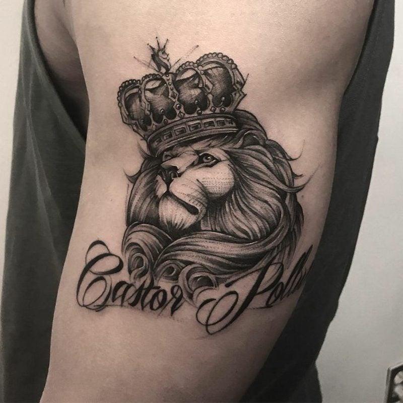 Tattoo Löwe mit Krone und Schrift