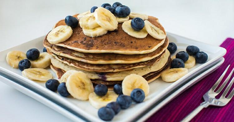 Brunch Ideen gesunde vegane Pfannkuchen mit Banane