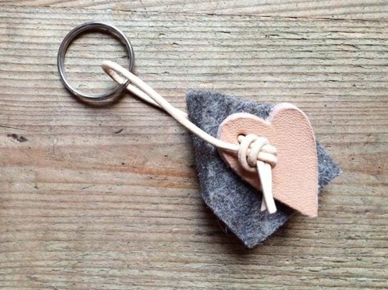 Schlüsselanhänger selber machen Herz Stoff Leder