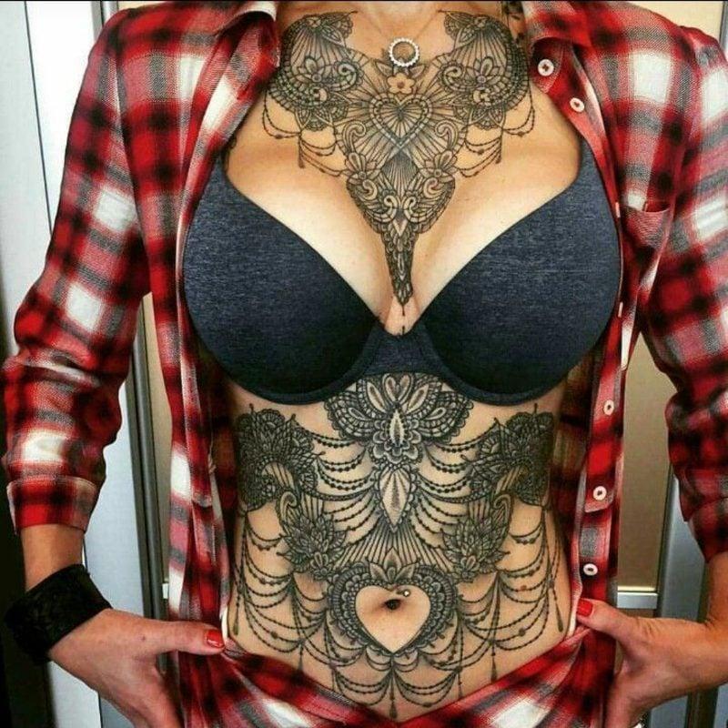 Dekolleté Tattoo Bauch auffällig gross
