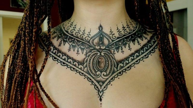 Dekolleté Tattoo provokativ originell