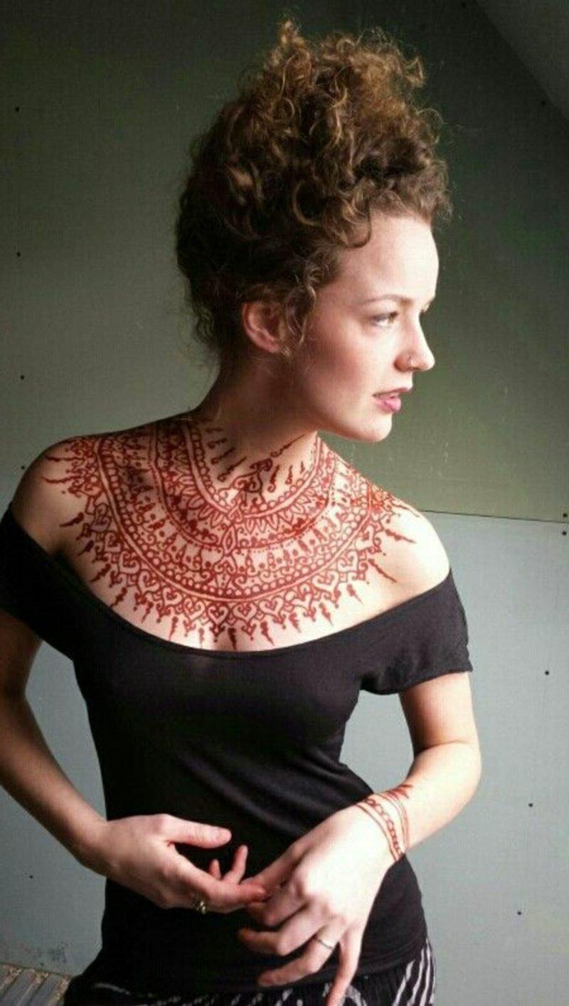 dekolletГ© tattoo frau