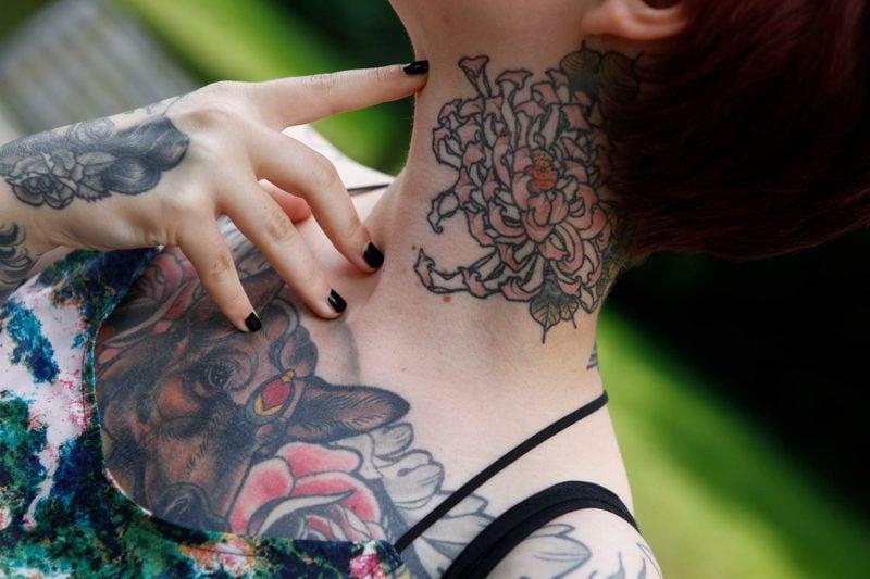 Dekolleté Tattoo Tiermotiv auffällig