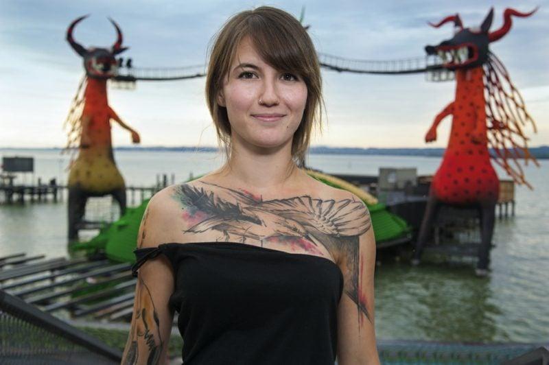 Dekolleté Tattoo Vogel Aquarell