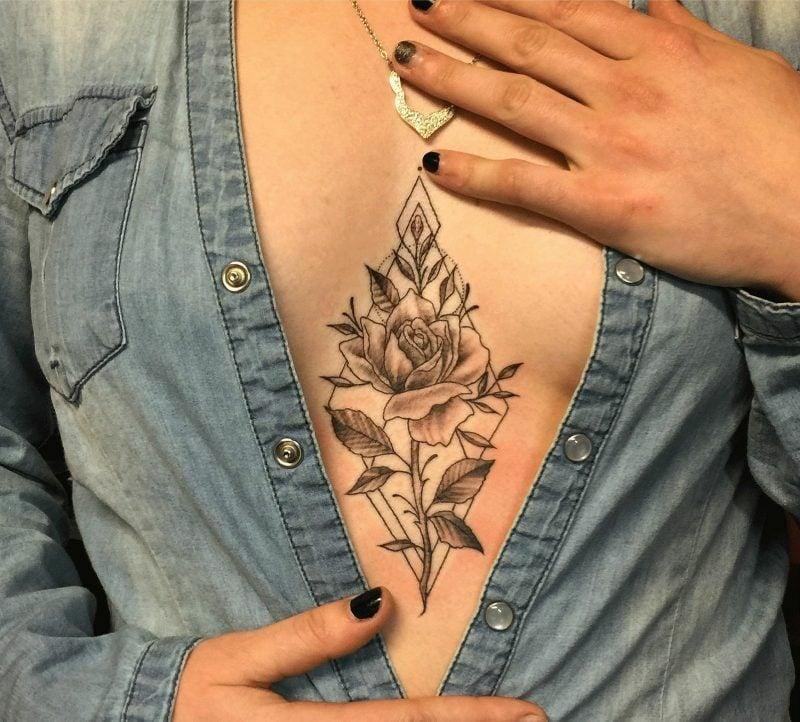 Dekolleté Tattoo Rosen stilvoll
