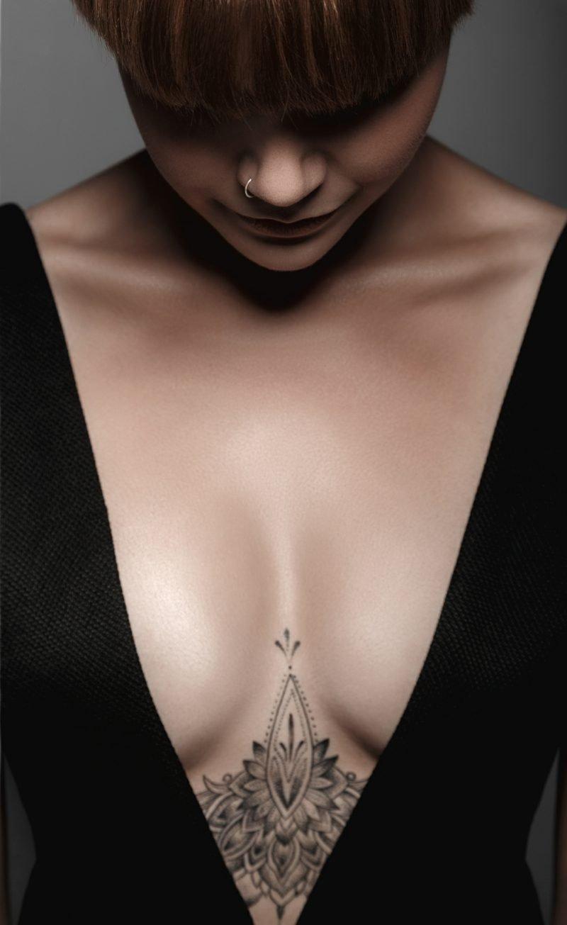 Dekolleté Tattoo elegant tiefer Ausschnitt