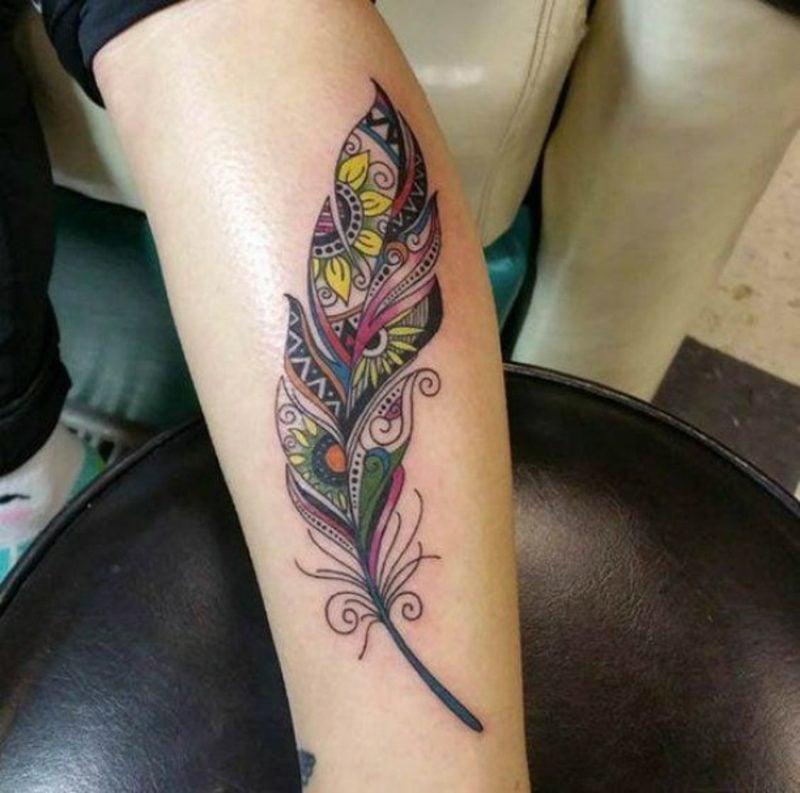Feder Tattoos farbenfroh Frau