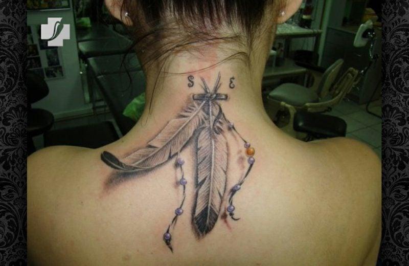 Feder Tattoos Nacken Indianer Look