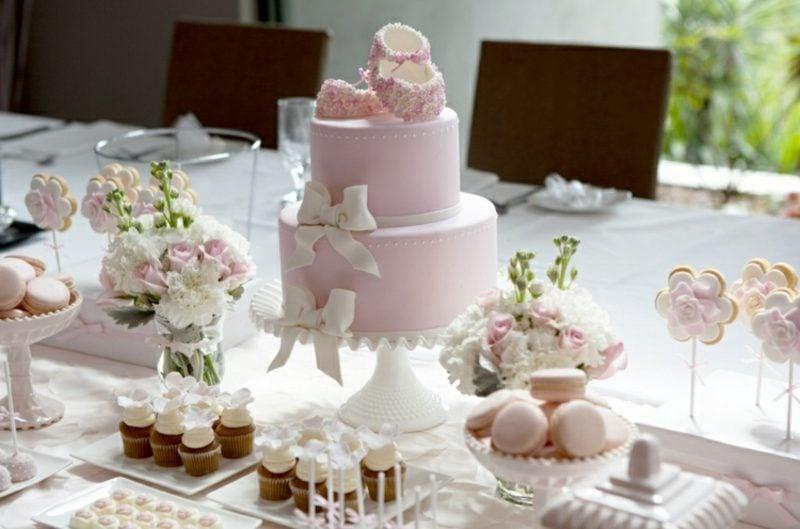 Tischdeko Taufe Torte Babyschuhe eindrucksvoll