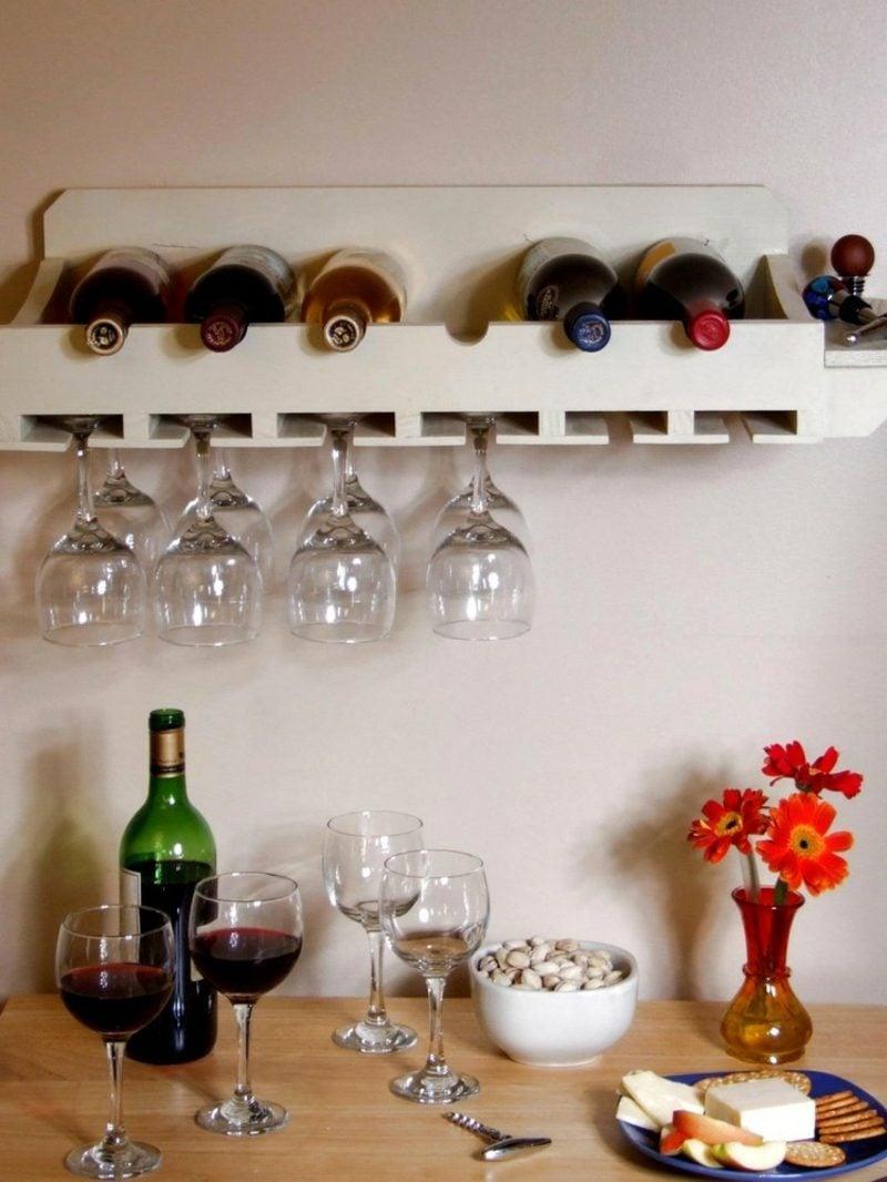 Weinregal selber bauen Holzpalette mit Glashalter