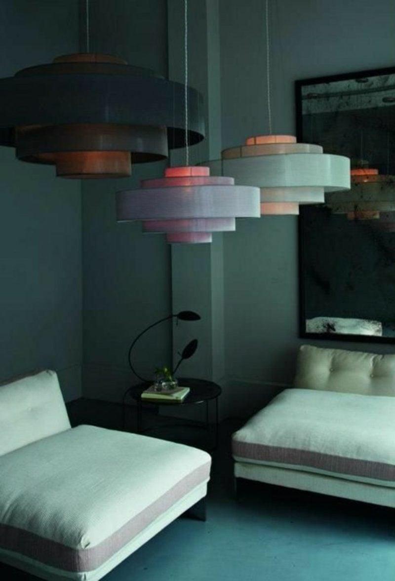 Wohnzimmer farblich gestalten Dunkelgrün farbliche Akzente Lampenschirme