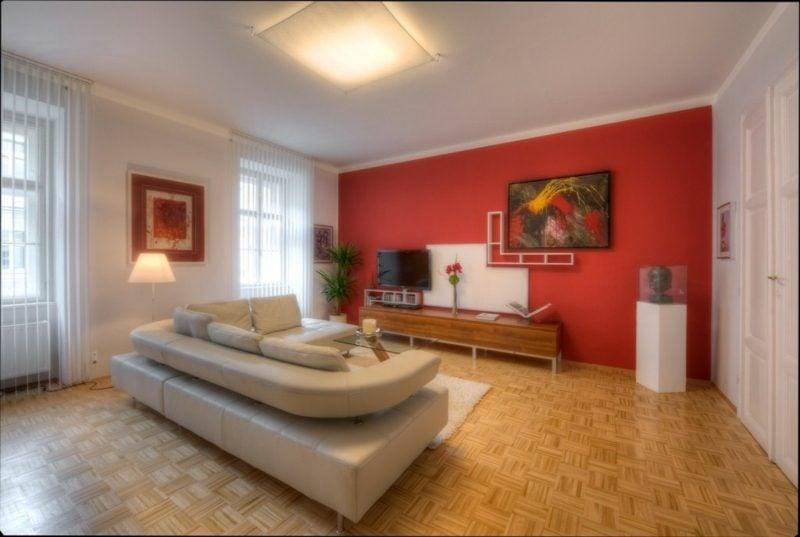 Wohnzimmer farblich gestalten Akzentwand strahlendes Rot