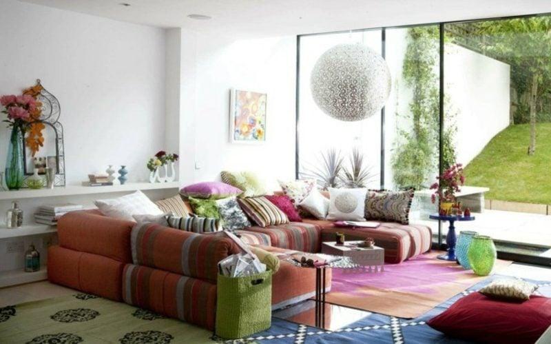 Wohnzimmer farblich gestalten weisse Wände buntes Sofa
