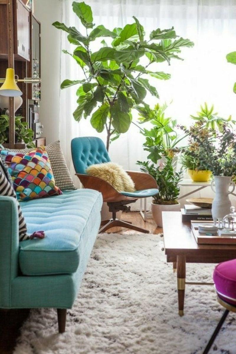 Wohnzimmer farblich gestalten Sofa Pastellblau bunte Kissen