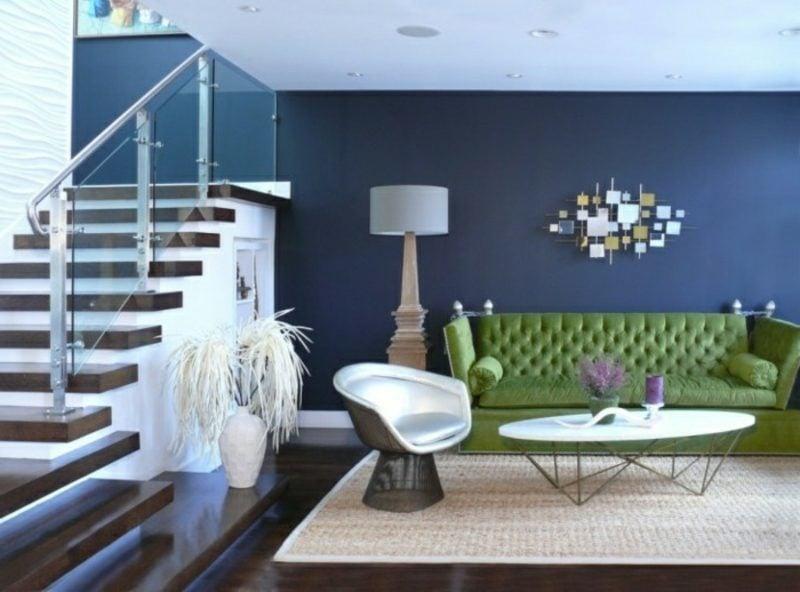 Wohnzimmer farblich gestalten Akzentwand Dunkelblau grünes Sofa