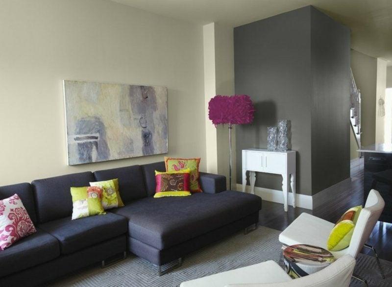 Wohnzimmer farblich gestalten graue Akzentwand dunkles Sofa