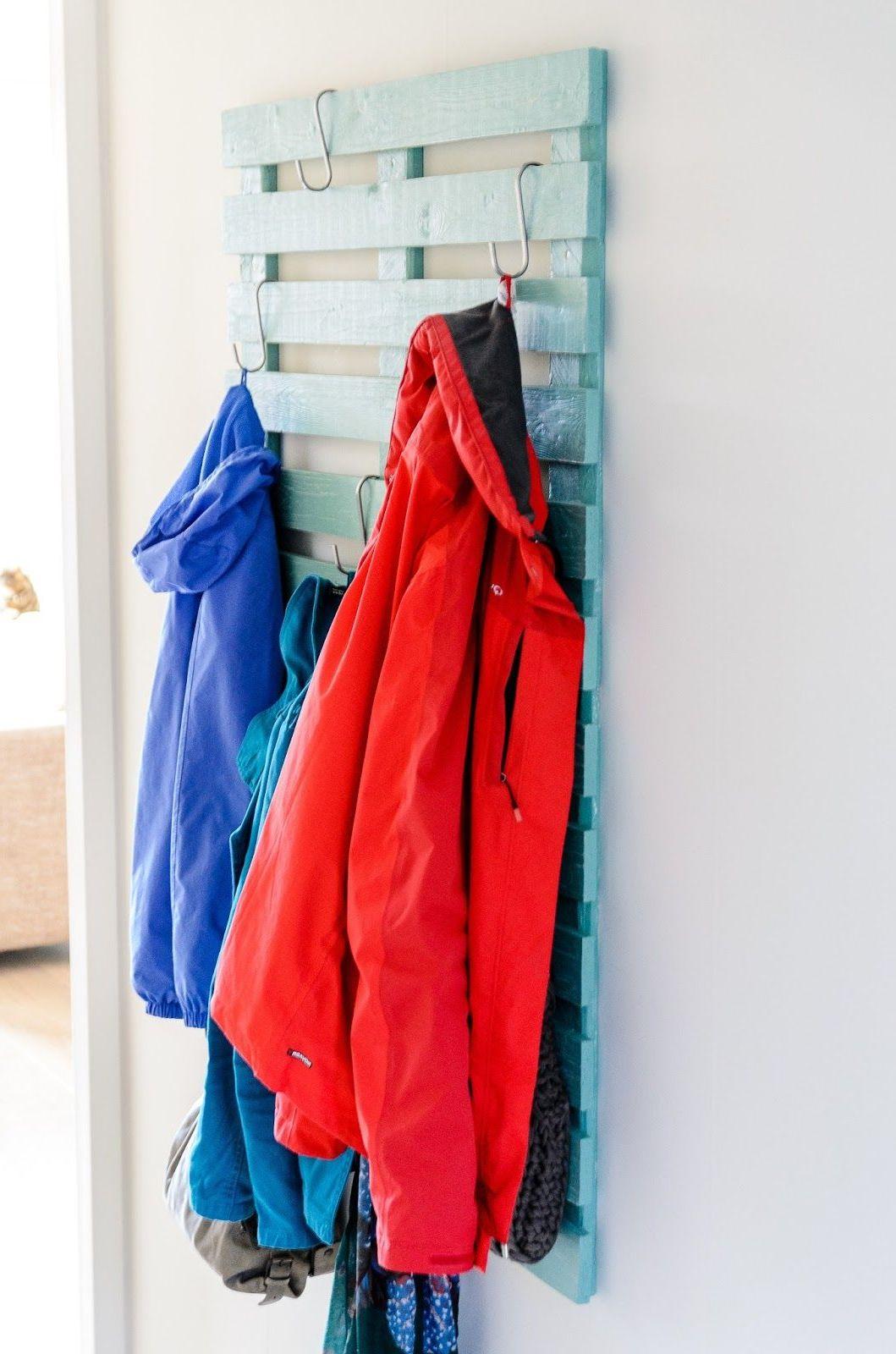 Nur eine gebrauchte Palette reicht, um diese ausgefallene Garderobe selber zu bauen