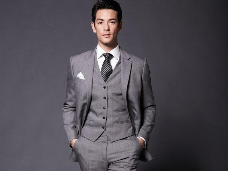 Anzüge Herren in Grau mit Weste super stilvoll