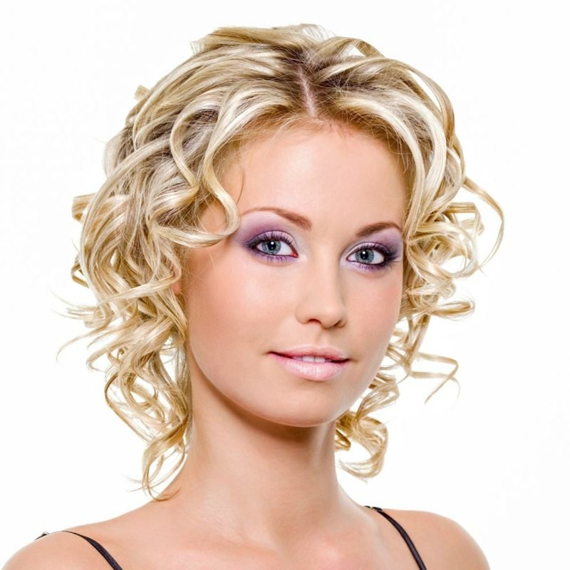 Kurze Haare locken blond romantischer Look