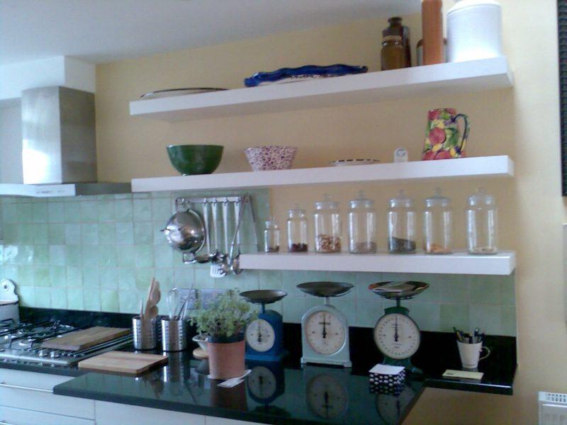 Küchenregale offen weiss stilvoller Look