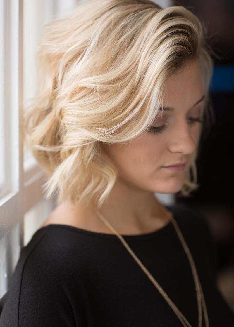 Kurze Haare locken blond eleganter Look