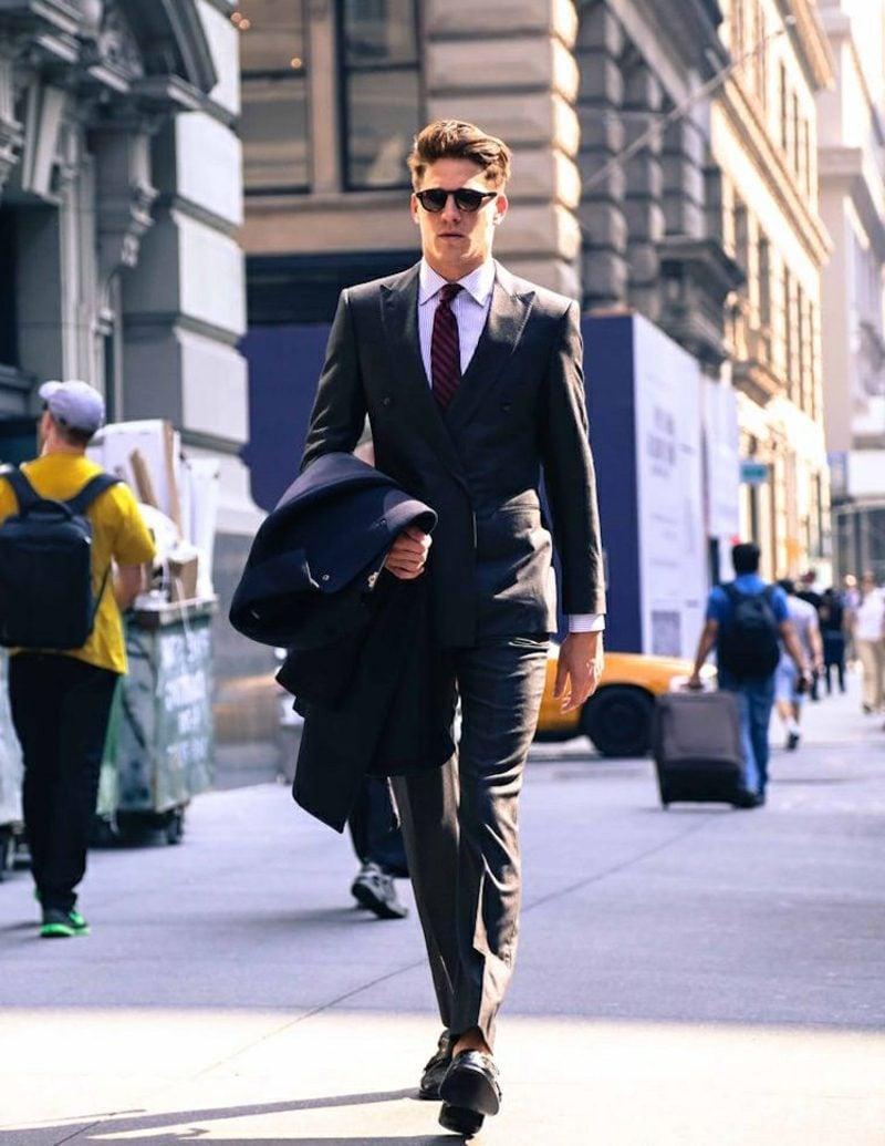 Anzüge Herren dunkelrote Krawatte elegant