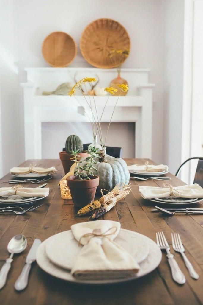 Herbstliche Tischideen und Ambiente: Edles Besteck in Kombination mit dekoriertem Teller Set