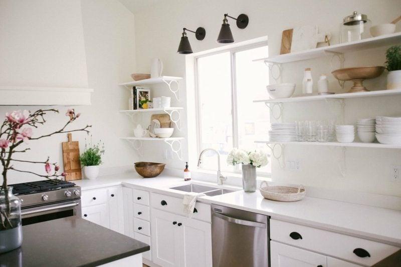Küchenregale minimalistisch weiss unbemerkbar