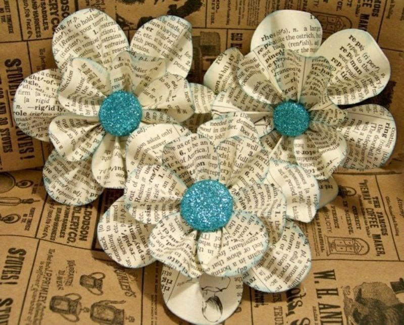Basteln mit Zeitungspapier originelle dekorative Blumen