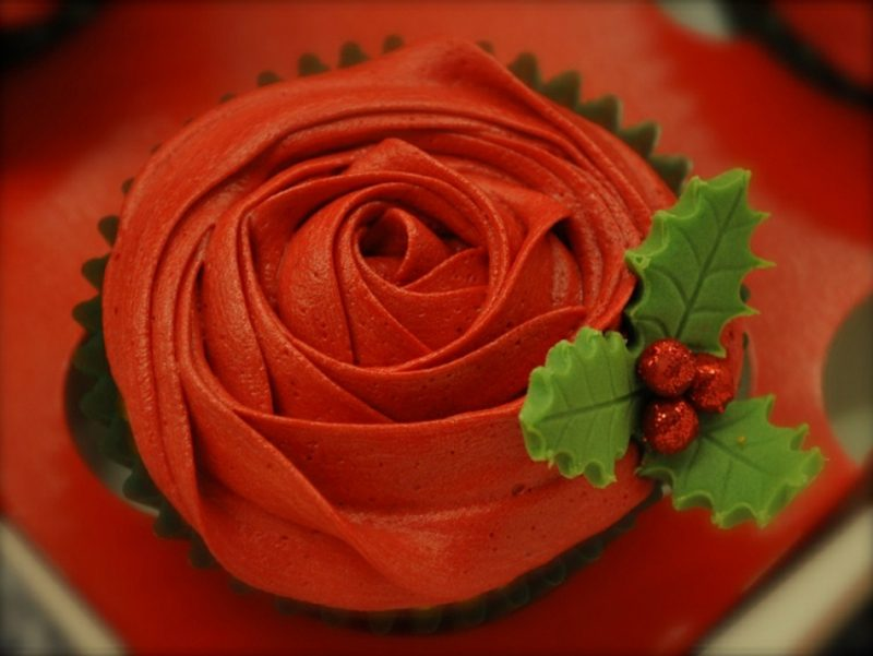 Weihnachts Cupcakes rote Rose aus Glasur