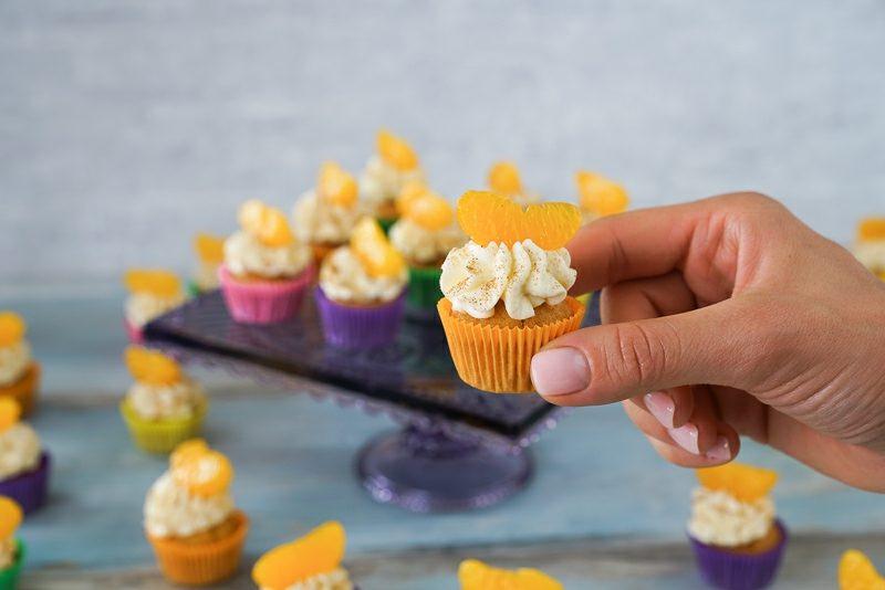 Weihnachts Cupcakes mit Fanta, mandarinen und Sahnecreme