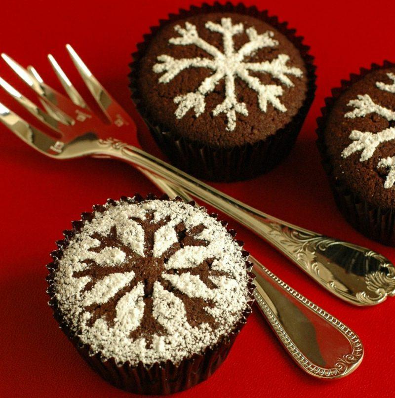 Weihnachts Cupcakes Schneeflocken gestalten aus Puderzucker