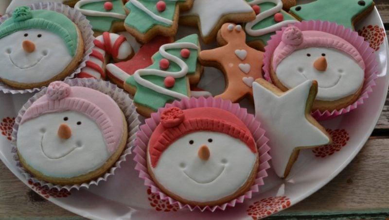 Weihnachts Cupcakes Figuren aus Fondant Schneemann