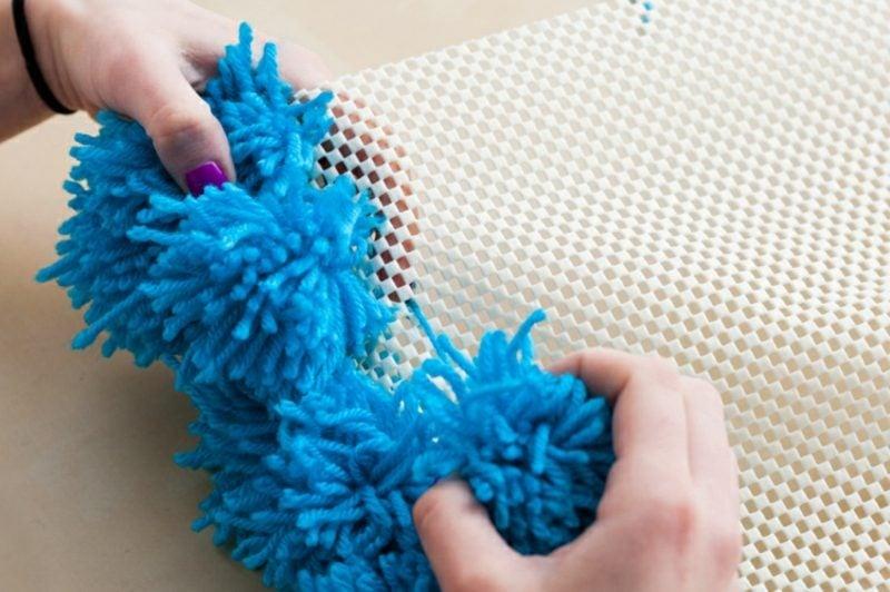 Teppich selber machen Bommeln dunkelblau festbinden Matte
