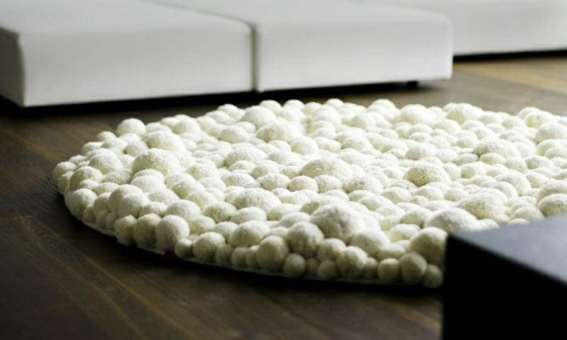Teppich selber machen weisse Bommeln originell