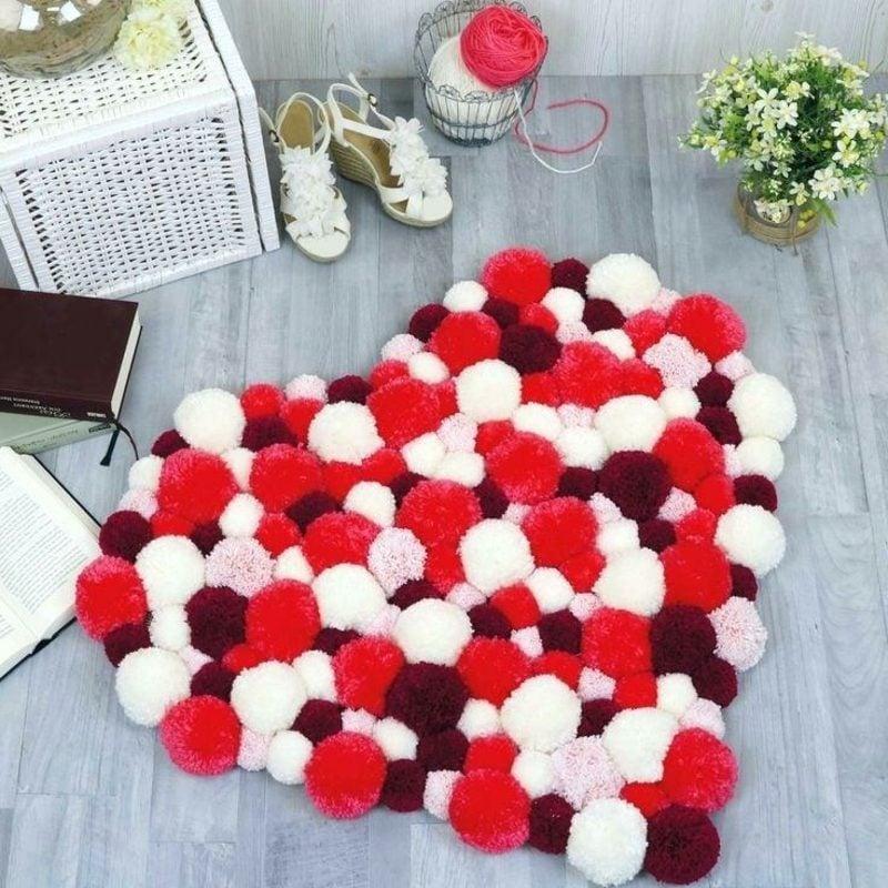 Teppich selber machen aus Pom Poms Herz Valentinstag