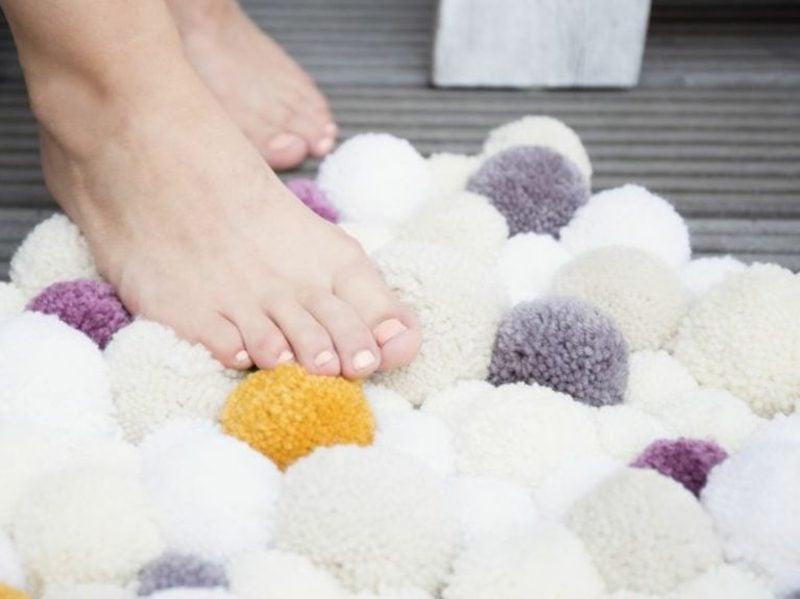 Teppich selber machen tolle Idee mit Bommeln weich stilvoll