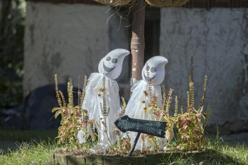 Halloween Deko selber machen für drauβen Gespenster basteln