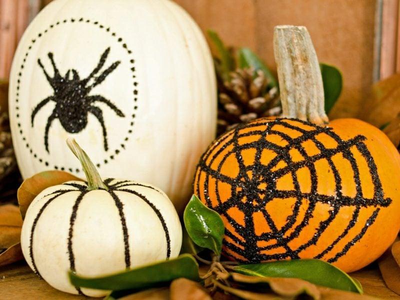 Halloween Deko selber machen für drauβen Terrasse Kürbisse lackiert