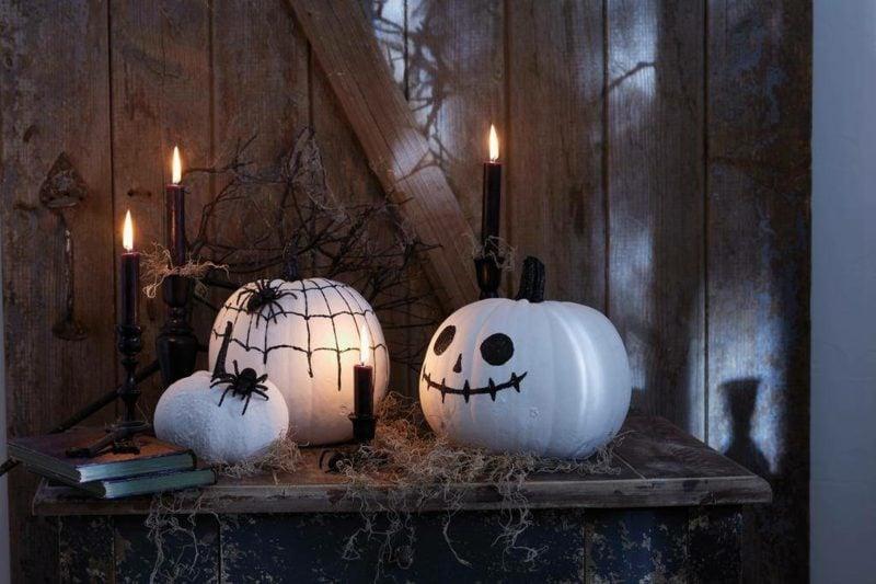 Halloween Deko selber machen für drauβen Kürbis lackieren weiss