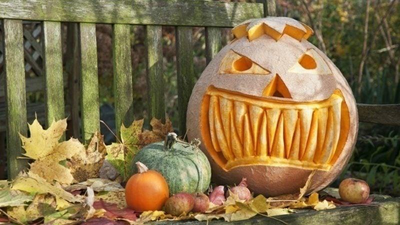 Halloween Deko selber machen für drauβen Kürbisse schnitzen