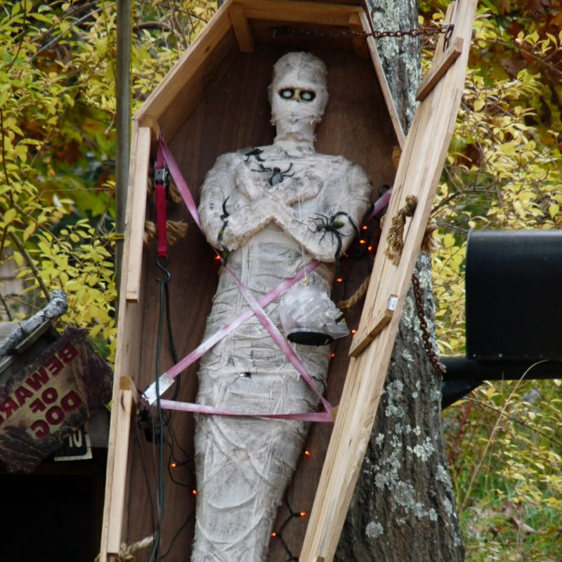 Halloween Deko selber machen für drauβen Mumie