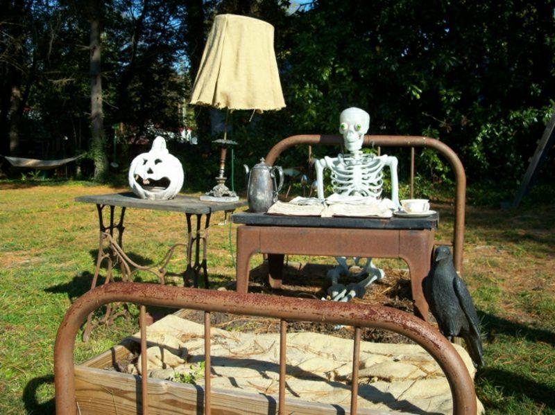 Halloween Deko selber machen für drauβen Bett Skelett