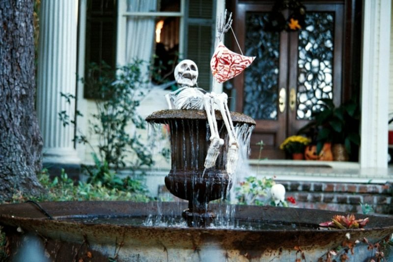 Halloween Deko selber machen für drauβen Skelett Brunnen