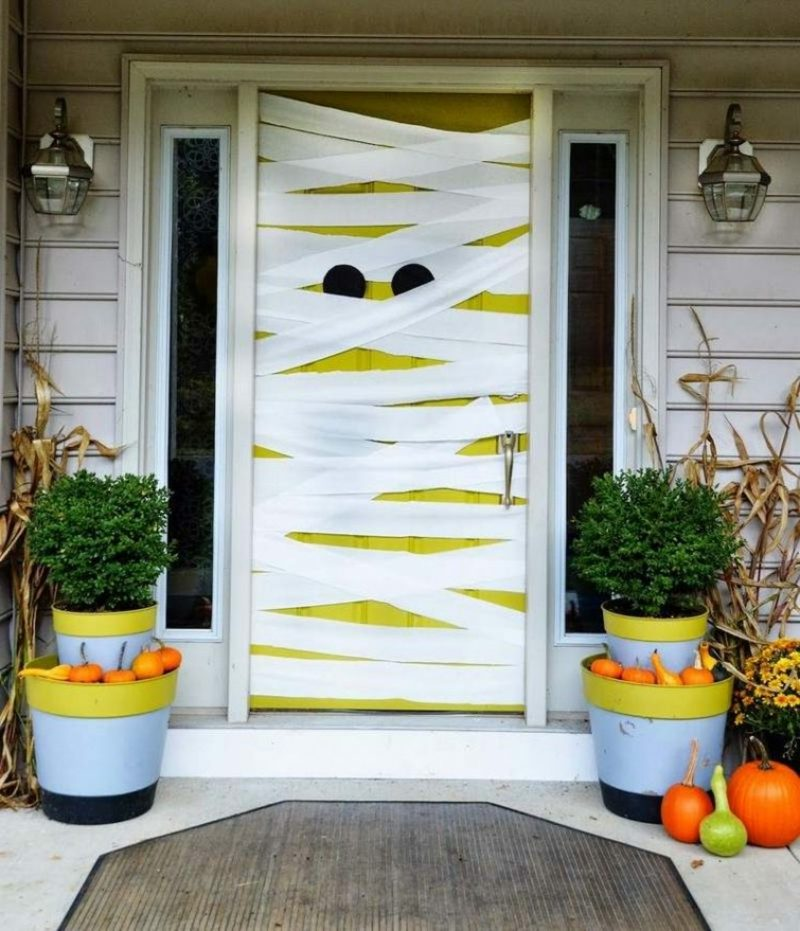 Halloween Deko selber machen für drauβen Mumie Tür